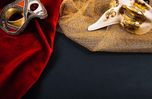Piękne maski na kawałkach ubrań