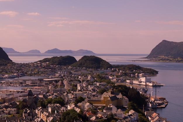Piękne miasto ålesund i jego fiord w hrabstwie møre og romsdal w norwegii. jest częścią tradycyjnej dzielnicy sunnmøre i centrum regionu ålesund.