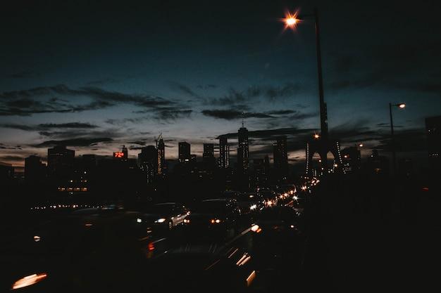 Piękne miasto na manhattanie w nocy