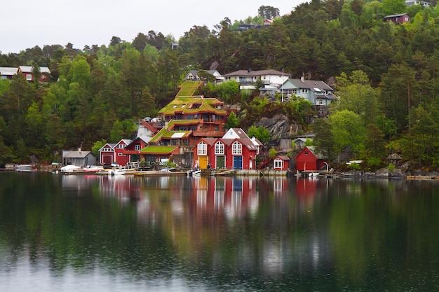 Piękne miasto w fiordzie norweskim