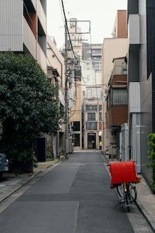 Piękne miasto w japonii z rowerem na ulicy