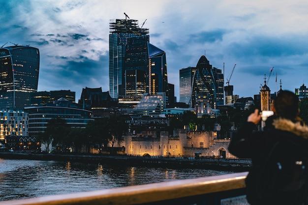 Piękne miasto wieczorem