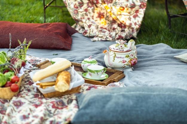 Piękne miejsce na piknik na trawniku o zachodzie słońca w prowansji