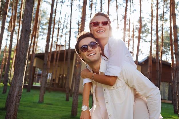 Piękne miejsce. radosna zachwycona para rozglądająca się razem w lesie