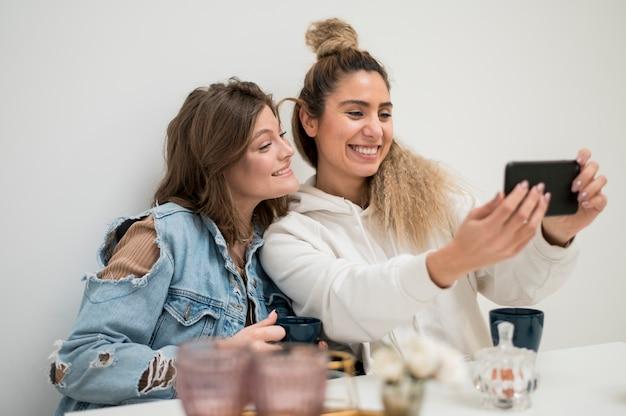 Piękne młode dziewczyny przy selfie