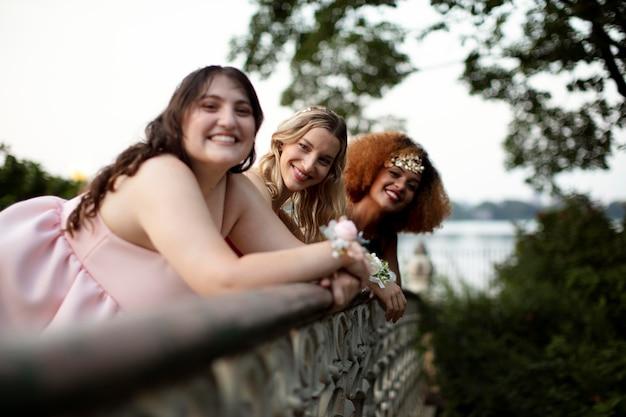 Piękne Młode Kobiety Bawią Się Na Balu Maturalnym Premium Zdjęcia