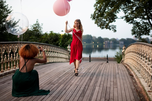 Piękne młode kobiety bawią się na balu maturalnym