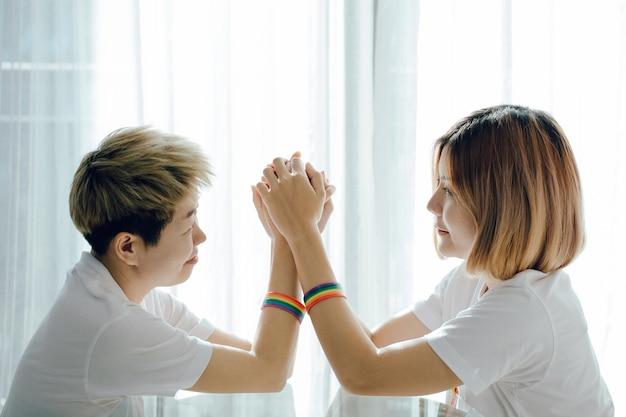 Piękne młode kobiety lgbt lesbijki trzymając się nawzajem