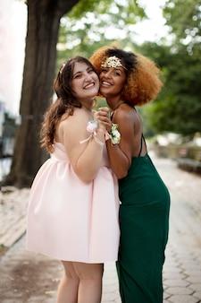 Piękne młode kobiety na balu maturalnym