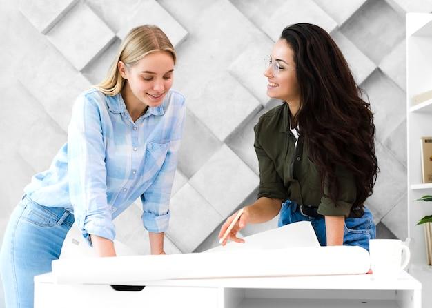 Piękne młode kobiety pracujące razem
