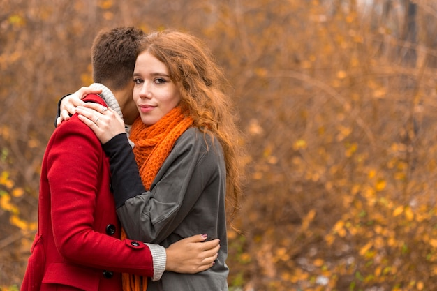 Piękne młode kobiety, przytulanie