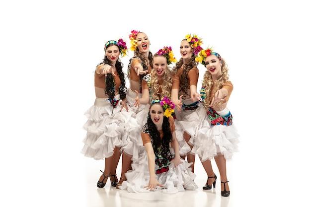 Piękne młode kobiety rasy kaukaskiej w karnawałowych i stylowych kostiumach maskarady