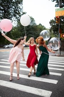 Piękne młode kobiety w sukniach na zakończenie roku szkolnego