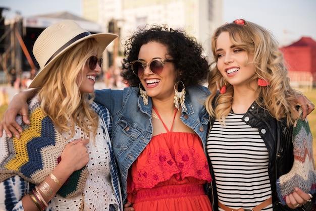 Piękne młode kobiety, wspólna zabawa