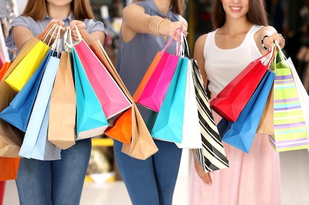 Piękne młode kobiety z torby na zakupy w sklepie