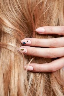 Piękne mocne włosy kobiety, wzmacniające i przywracające cebulki włosów.