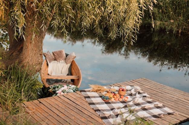 Piękne molo nad jeziorem z drewnianą łódką