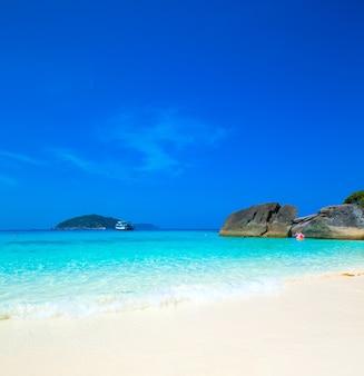Piękne morze i błękitne niebo na wyspie similan, morze andamańskie, tajlandia