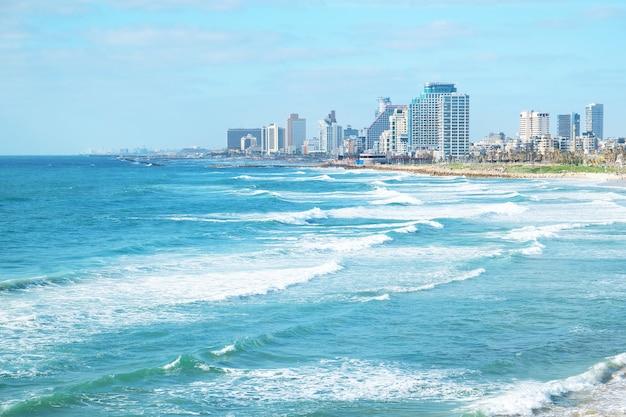 Piękne morze i miasto w tle