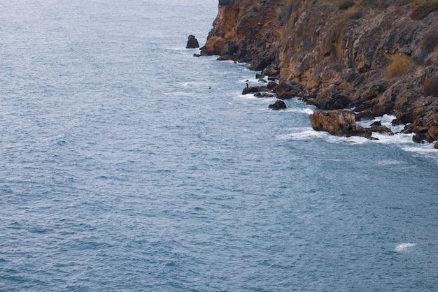 Piękne morze i wysokie skały