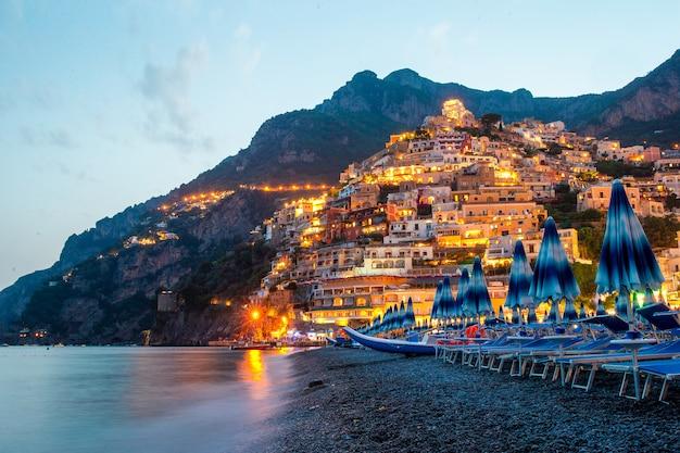 Piękne nadmorskie miasta włoch - malownicze positano na wybrzeżu amalfi