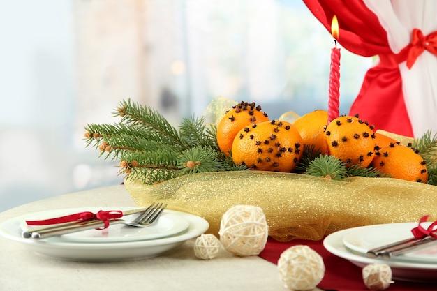 Piękne nakrycie stołu bożonarodzeniowego z mandarynkami i jodłą, z bliska