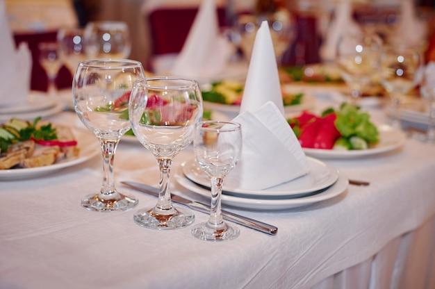 Piękne nakrycie stołu na bankiet weselny w restauracji