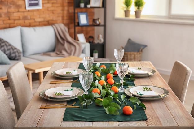 Piękne nakrycie stołu na świąteczny obiad