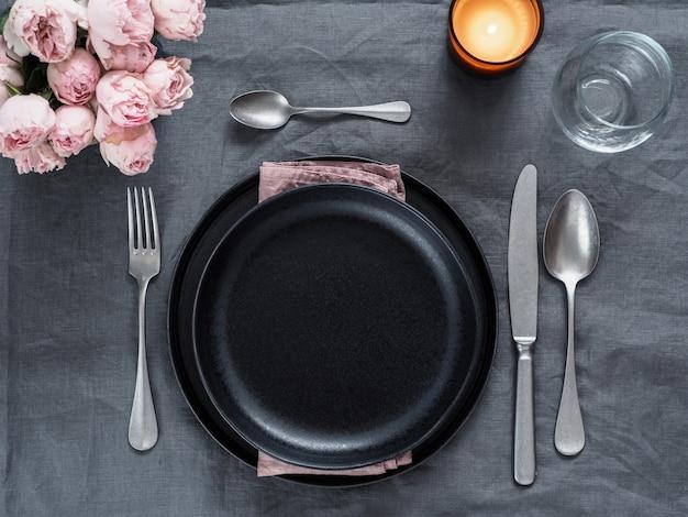 Piękne nakrycie stołu na szarym lnianym obrusie.