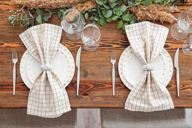 Piękne nakrycie stołu na wesele w restauracji
