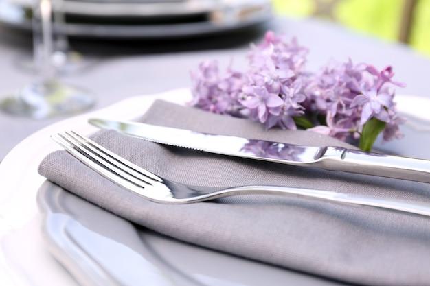 Piękne nakrycie stołu z dekoracją z kwiatów bzu