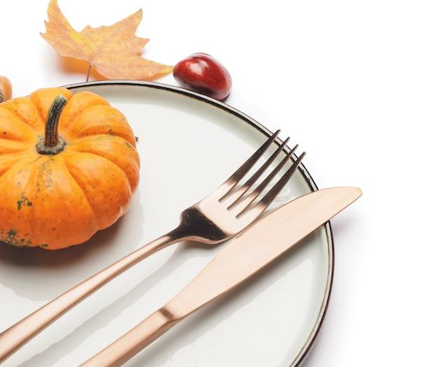 Piękne nakrycie stołu z jesiennym wystrojem na białej powierzchni
