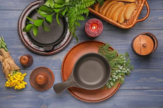 Piękne nakrycie stołu z kwiatowym wystrojem w kolorze drewna