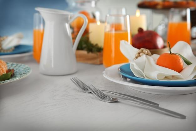 Piękne nakrycie stołu z mandarynkami