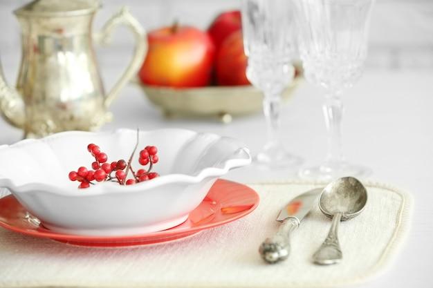 Piękne nakrycie stołu z zabytkowymi sztućcami