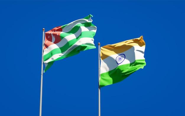 Piękne narodowe flagi państwowe indii i abchazji razem
