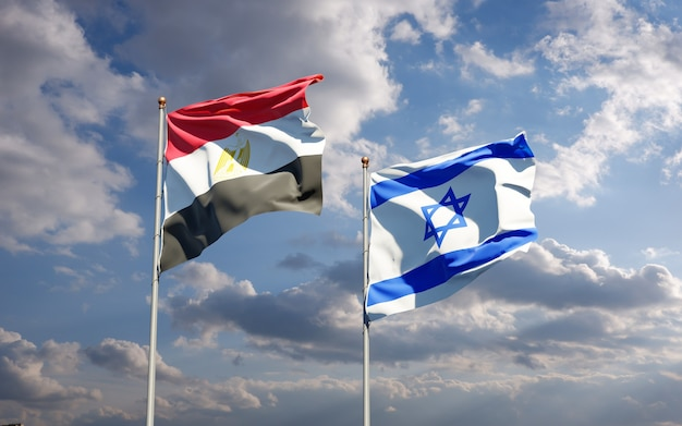 Piękne narodowe flagi państwowe izraela i egiptu razem na tle nieba.