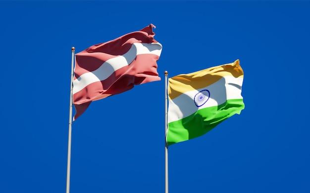 Piękne narodowe flagi państwowe łotwy i indii razem