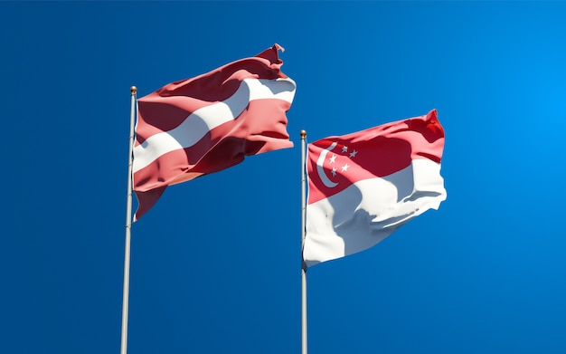 Piękne narodowe flagi państwowe łotwy i singapuru razem