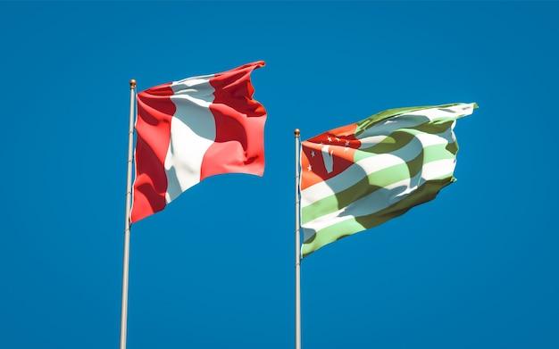 Piękne narodowe flagi państwowe peru i abchazji razem na błękitnym niebie. grafika 3d