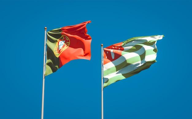 Piękne narodowe flagi państwowe portugalii i abchazji razem