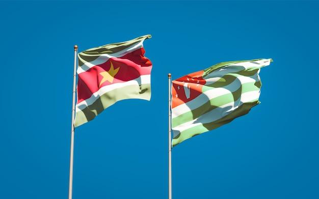 Piękne narodowe flagi państwowe surinamu i abchazji razem