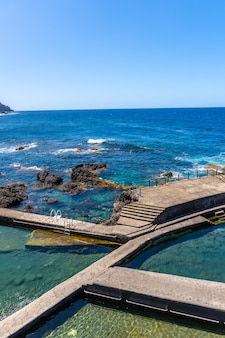 Piękne naturalne baseny la fajana na północno-wschodnim wybrzeżu wyspy la palma