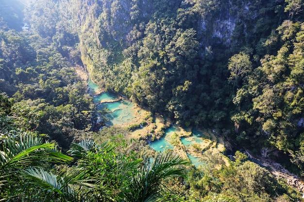 Piękne naturalne baseny w semuc champey, lanquin, gwatemala, ameryka środkowa
