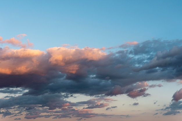 Piękne naturalne chmury na niebie w świetle dziennym