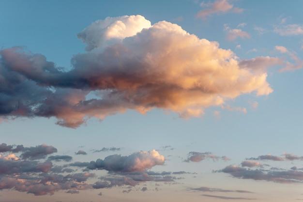 Piękne naturalne chmury na niebie