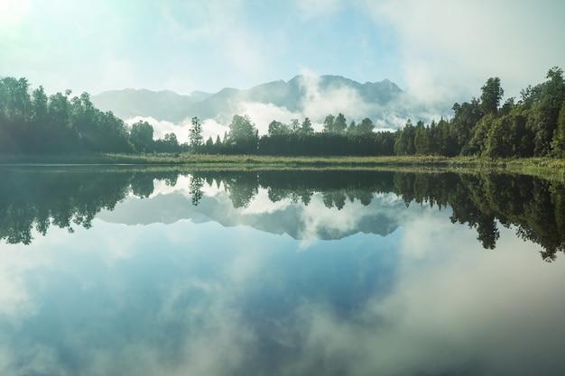 Piękne naturalne krajobrazy - odbicie mt cooka w lake matheson, south island, nowa zelandia