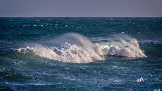Piękne niebieskie fale oceanu
