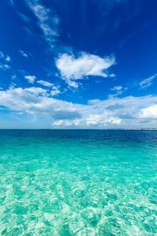 Piękne niebo i błękitne morze. tropikalna plaża