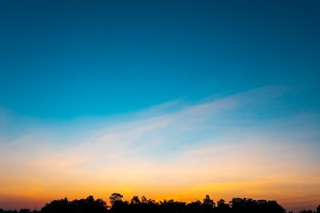 Piękne niebo o zachodzie słońca, motyw przyrody w tle